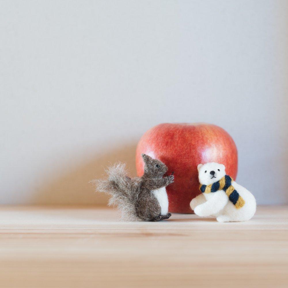 higuma エゾリス りんご (ブローチ)8a