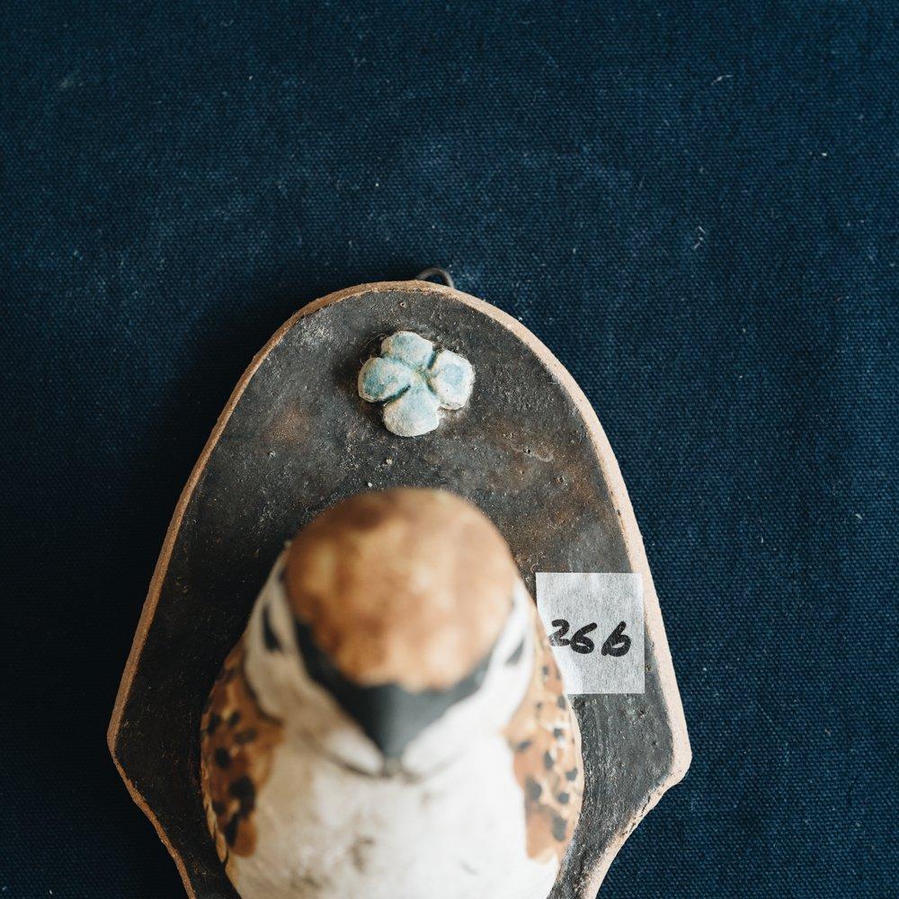 【2021年7月】  acnepotterystudio (スズメの壁掛け花器)  (A26b)