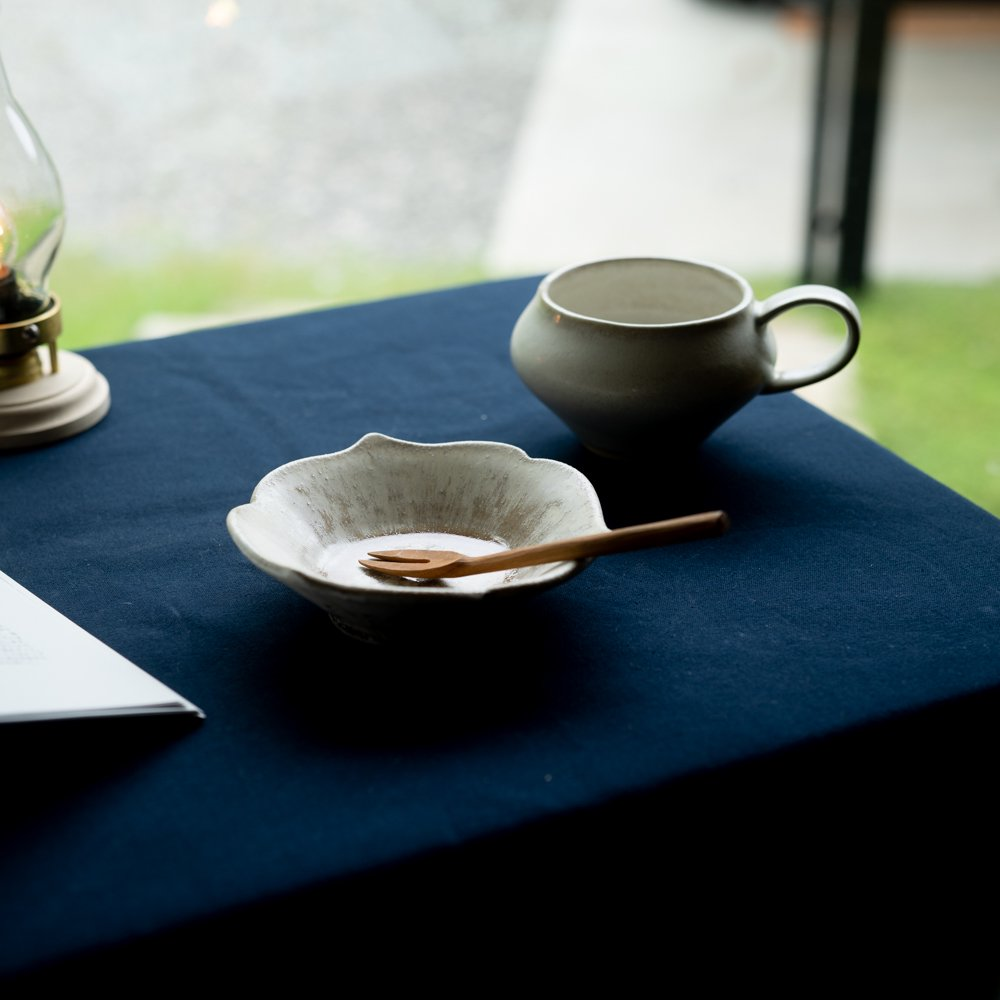 【2021年WEB個展】 広瀬佳子 三葉小鉢S  (白茶)  (ひ8c)
