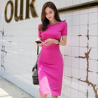 バックスタイルがセクシー♪鮮やかピンクのタイトワンピース