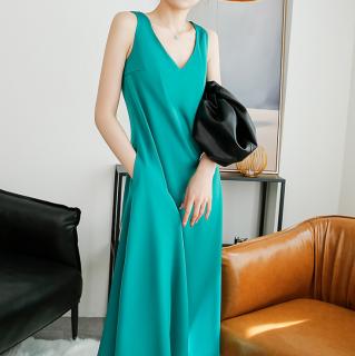 オトナ女子のきれいめスタイル シンプルエレガントなノースリーブのロングワンピース 2色