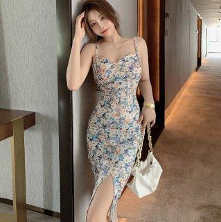 タイトシルエットでセクシーに 花柄プリントのキャミソールのミディ丈スリットワンピース 2色