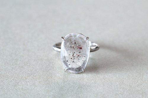 Mica in quartz ring