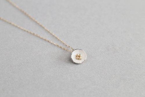 Petit flower necklace
