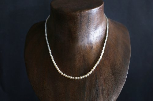 Color gradation pearl necklace