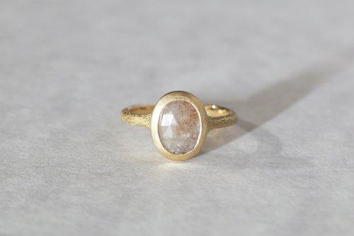 Coat beige sapphire ring