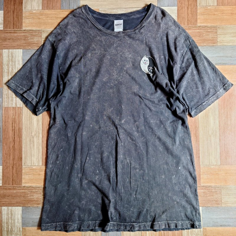 <img class='new_mark_img1' src='https://img.shop-pro.jp/img/new/icons5.gif' style='border:none;display:inline;margin:0px;padding:0px;width:auto;' />RIPNDIP Tシャツ ブラック (メンズ古着)