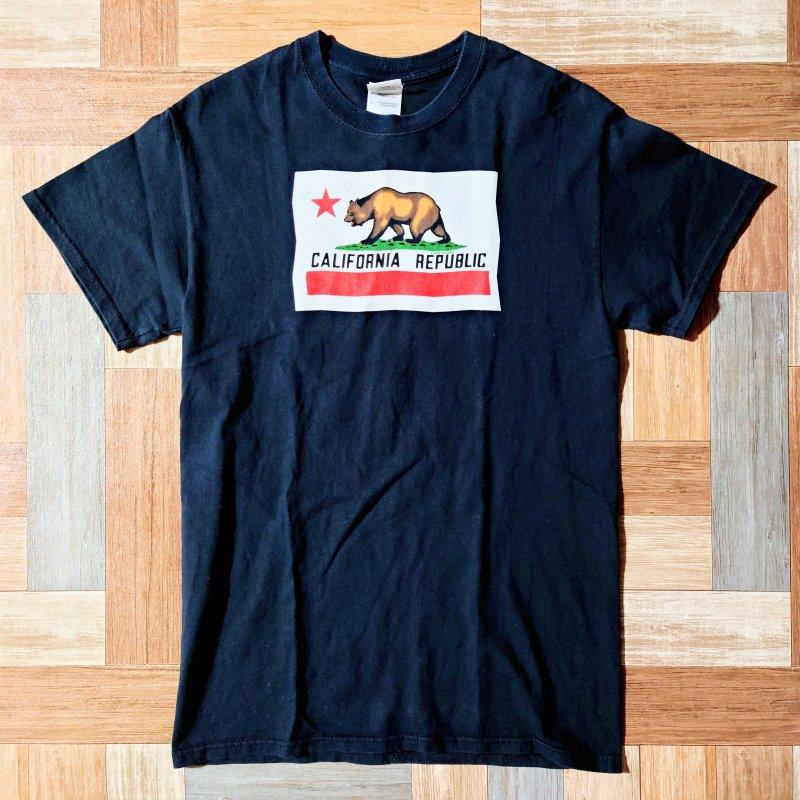 <img class='new_mark_img1' src='https://img.shop-pro.jp/img/new/icons6.gif' style='border:none;display:inline;margin:0px;padding:0px;width:auto;' />GILDAN カリフォルニア Tシャツ ブラック (メンズ古着)