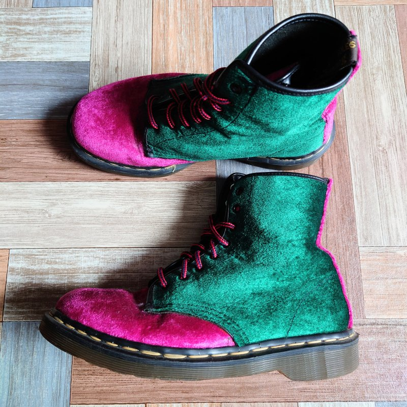 <img class='new_mark_img1' src='https://img.shop-pro.jp/img/new/icons6.gif' style='border:none;display:inline;margin:0px;padding:0px;width:auto;' />90's Dr.Martens イングランド製 ベロア 8ホール ブーツ (レディース古着)