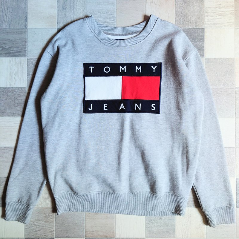 <img class='new_mark_img1' src='https://img.shop-pro.jp/img/new/icons7.gif' style='border:none;display:inline;margin:0px;padding:0px;width:auto;' />TOMMY JEANS ロゴ スウェット グレー (USED)