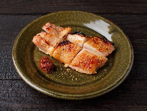 鶏もも肉の粗塩焼きに生七味を添えたイメージ画像