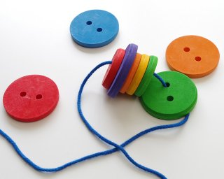 [2歳-]虹のボタン〈紐通し・木のおもちゃ〉Grimms