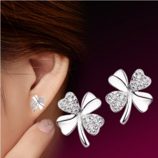 <img class='new_mark_img1' src='https://img.shop-pro.jp/img/new/icons14.gif' style='border:none;display:inline;margin:0px;padding:0px;width:auto;' />White Lucky Clover crystal ピアス