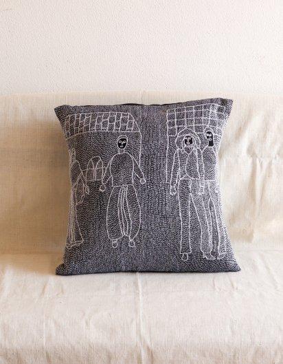 Archana Kumari 手刺繍クッションカバー(都会の生活・村の生活/黒)