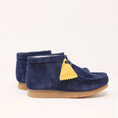 <img class='new_mark_img1' src='https://img.shop-pro.jp/img/new/icons5.gif' style='border:none;display:inline;margin:0px;padding:0px;width:auto;' />CLARKS ORIGINALS [KIDS WALLABEE BOOTS] (NAVY SUEDE)