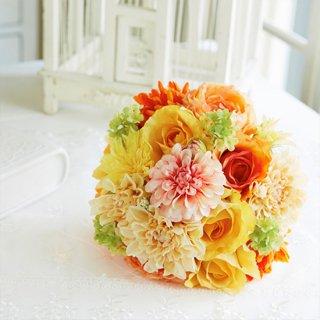 ダリアやバラmix花材のクラッチブーケ。
