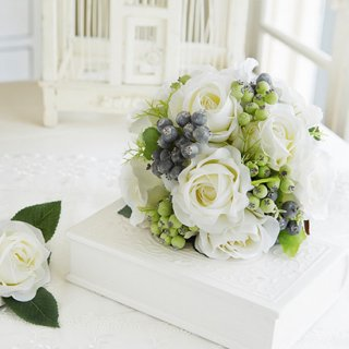 (プリザ)白バラとブルーベリーのラウンドブー。ケ