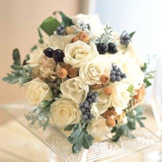(プリザ)白バラと実のブーケ