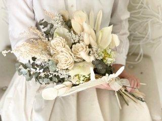 シャビーシックな造花とドライフラワーのホワイトクラッチブーケ