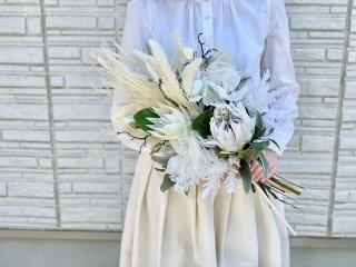 シックでナチュラルなホワイトとブラウンの造花とドライフラワーのmixブーケ。