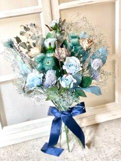 ナチュラルでエレガントなブルーの造花とドライフラワーのクラッチブーケ