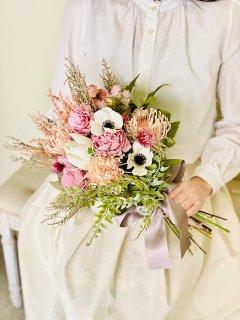 ナチュラルなペールピンクとホワイトの造花とドライフラワーのmixクラッチブーケ。