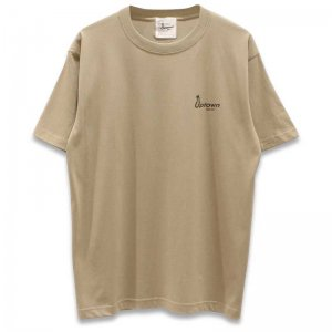 UPTOWN LOGO T-SH アップタウン ロゴ Tシャツ SAND KHAKI/BLACK