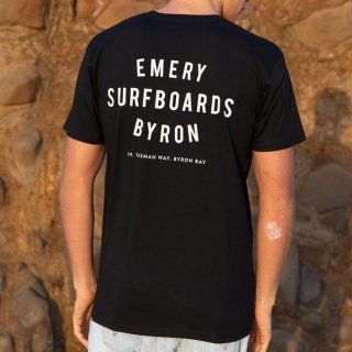 <img class='new_mark_img1' src='https://img.shop-pro.jp/img/new/icons21.gif' style='border:none;display:inline;margin:0px;padding:0px;width:auto;' />20%【EMERY】WORDS Tシャツ - ブラック
