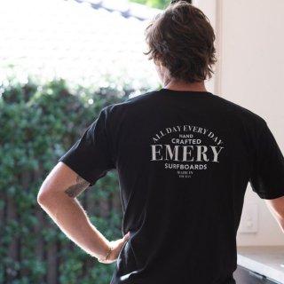 【EMERY】SERIF Tシャツ - ブラック