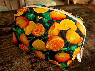 フルーツ柄の【オレンジ(ブラック)】ポーチ(大)バリ島ウブド発オリジナルバッグ【sisi】