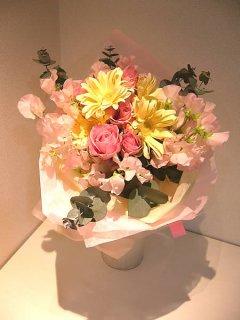 ピンク系でかわいい花束 (春のスイトピー使用)
