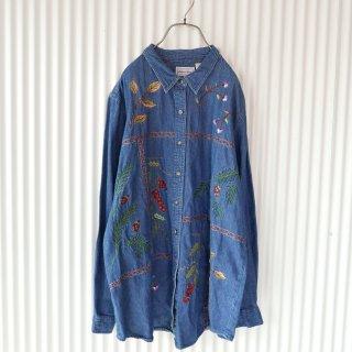 木の実刺繍のデニムシャツ