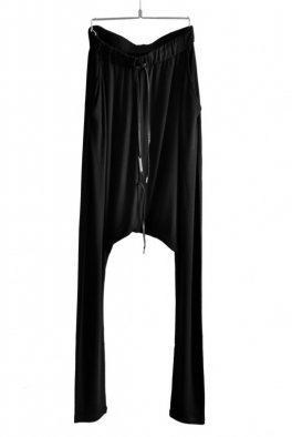 <img class='new_mark_img1' src='https://img.shop-pro.jp/img/new/icons8.gif' style='border:none;display:inline;margin:0px;padding:0px;width:auto;' />ARMY OF ME Drop Crotch Leg-Skin Pants