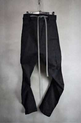 <img class='new_mark_img1' src='https://img.shop-pro.jp/img/new/icons8.gif' style='border:none;display:inline;margin:0px;padding:0px;width:auto;' />A.F ARTEFACT Carved Slim Trousers