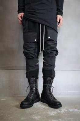 <img class='new_mark_img1' src='https://img.shop-pro.jp/img/new/icons8.gif' style='border:none;display:inline;margin:0px;padding:0px;width:auto;' />A.F ARTEFACT Cargo Sarrouel Sweat  Trousers