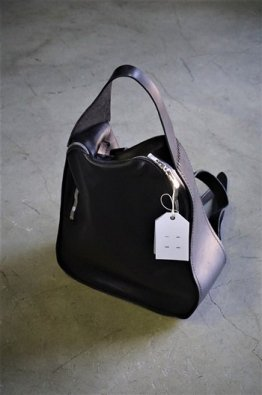 <img class='new_mark_img1' src='https://img.shop-pro.jp/img/new/icons8.gif' style='border:none;display:inline;margin:0px;padding:0px;width:auto;' />GUIDI MEDIUM LEATHER BACKPACK