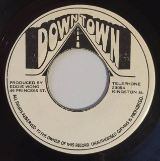 DENNIS BROWN - AT THE FOOT OF THE MOUNTAIN<img class='new_mark_img2' src='https://img.shop-pro.jp/img/new/icons25.gif' style='border:none;display:inline;margin:0px;padding:0px;width:auto;' />