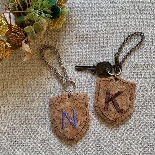 コルク×レザーのイニシャルチャーム エンブレム オーダー オリジナル 刺繍 バッグチャーム キーホルダー 革 ギフト
