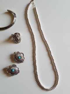 <img class='new_mark_img1' src='https://img.shop-pro.jp/img/new/icons8.gif' style='border:none;display:inline;margin:0px;padding:0px;width:auto;' />Indian jewellery(インディアンジュエリー)Navajo(ナバホ族) シルバービーズネックレス�50cm【ネコポス指定可能】