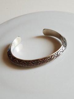 <img class='new_mark_img1' src='https://img.shop-pro.jp/img/new/icons8.gif' style='border:none;display:inline;margin:0px;padding:0px;width:auto;' />Indian jewellery(インディアンジュエリー)Navajo(ナバホ族) スターリングシルバーバングル �