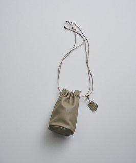 REN | スティル・キャニスターボトル (taupe) | レザー巾着バッグ