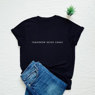 Vim Tees | Tomorrow never comes T-shirt | Tシャツ (M/Lサイズ)【タイポグラフィ ミニマリスト】