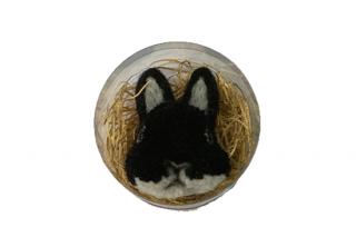 うさぎのブローチ たち耳黒 001