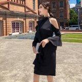アシンメトリーでオフショルダーの韓国ワンピース 袖フレアが可愛い韓国ドレス