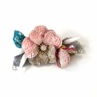 裏を見せたい 刺繍のお花ブローチ