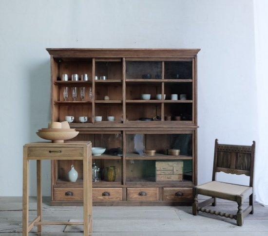 寡黙な二段の食器棚の画像