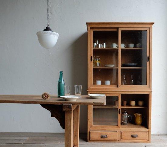 清楚な二段の食器棚の画像