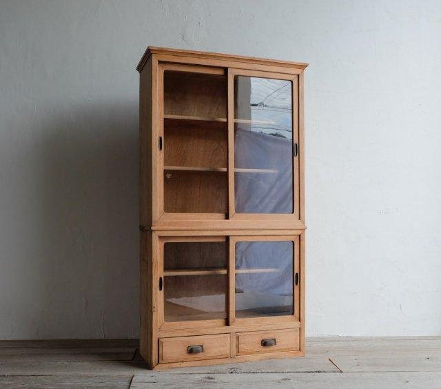 清楚な二段の食器棚