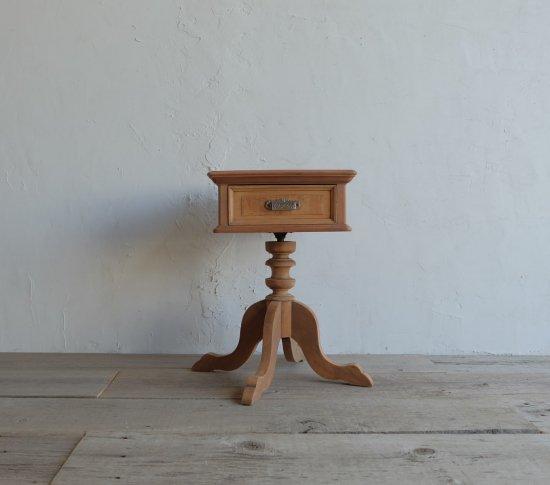 両開きのサイドテーブルの画像