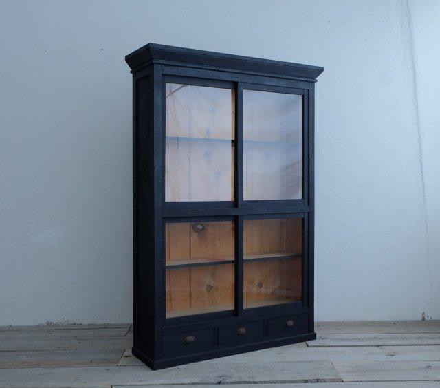 漆黒の薄い飾り棚